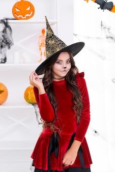 Bastante jovencita posando en disfraces de halloween