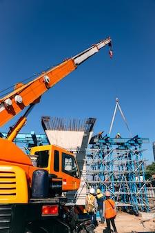 Bastidor de acero de elevación de grúa industrial en sitio en construcción