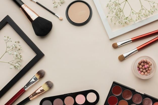 Bastidor de productos de maquillaje cosmético.