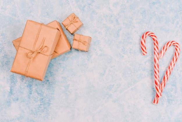 Bastones de caramelo con cajas de regalo envueltas.