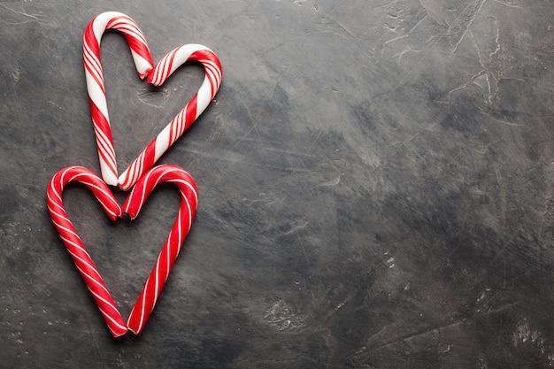 Bastones de caramelo de menta en forma de corazón.
