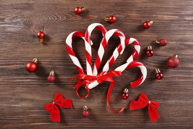 Bastones de caramelo de navidad con decoración navideña en primer plano de la mesa