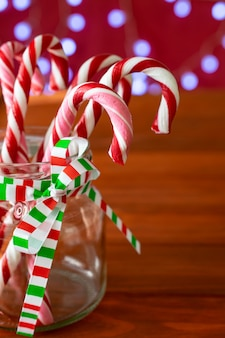 Bastones de caramelo de navidad en un frasco de vidrio