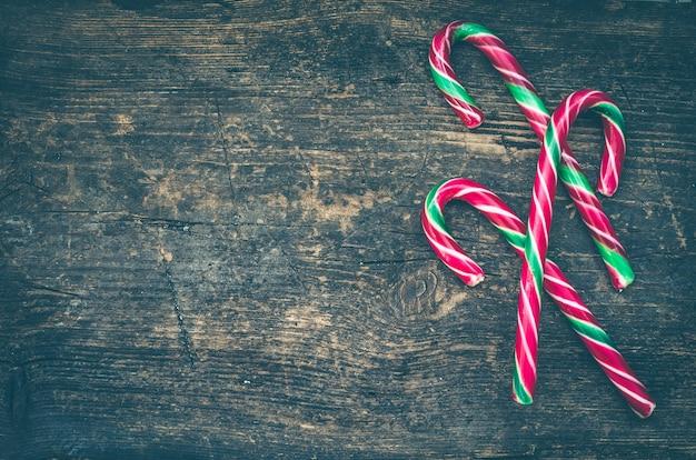 Bastones de caramelo navideños a rayas