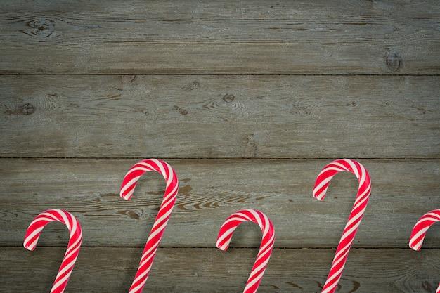 Bastones de caramelo tradicionales de navidad sobre fondo de madera.