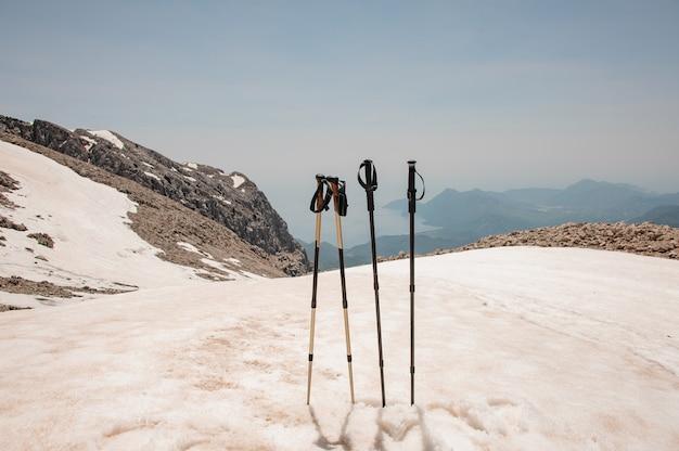 Bastones en la cima de las montañas