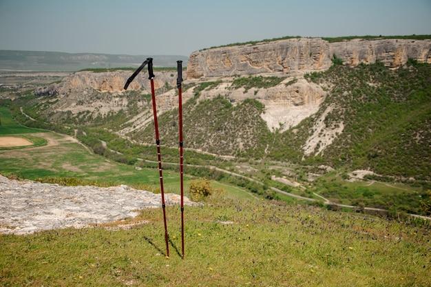 Bastones de trekking y un hermoso paisaje en las montañas de crimea