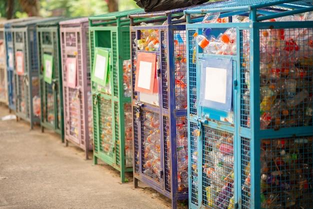 Basura de botellas de plástico en la papelera de reciclaje