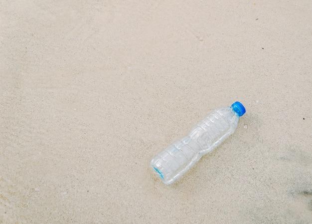 Basura de botellas de plástico en la playa descarga de desechos humanos