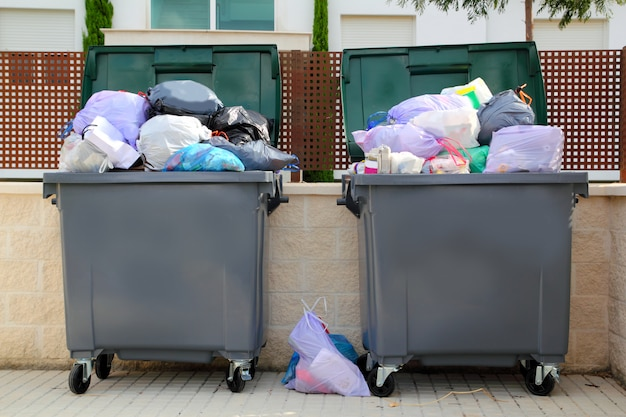 Basura contenedor de basura lleno en la calle