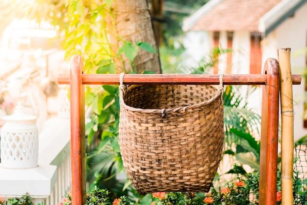 La basura está hecha de bambú en las afueras de luang prabang, laos.