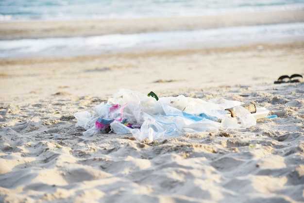 Basura en el mar con bolsa de plástico botella y otra playa de basura arena mar sucio