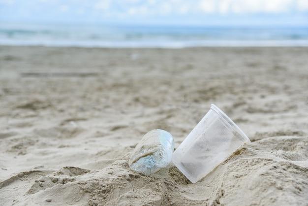 Basura en el mar con botella de plástico.
