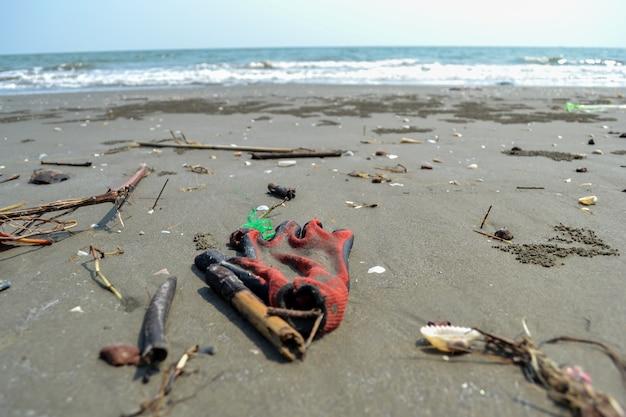 La basura en la playa y el mar no está limpia.