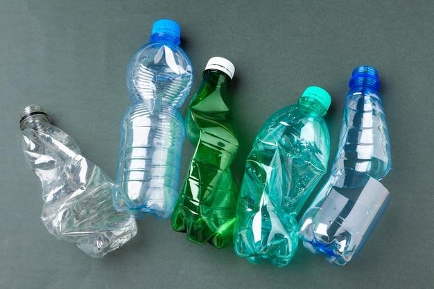 Basura reciclable compuesta de plástico y papel.