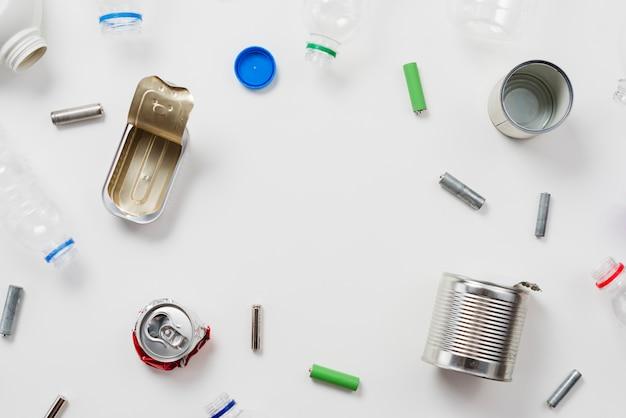 Basura reciclable sobre fondo blanco