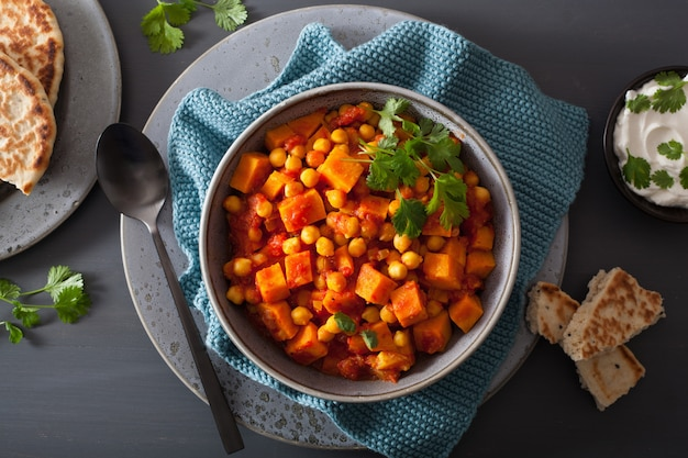 Batata y garbanzos al curry con pan naan