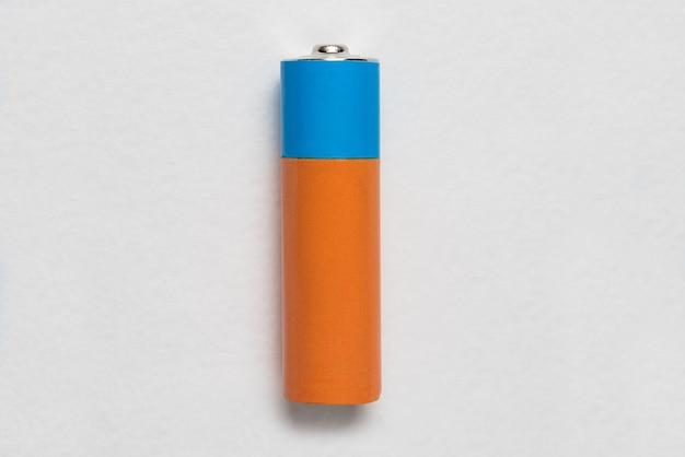 Batería alcalina genérica sobre fondo blanco. copia espacio