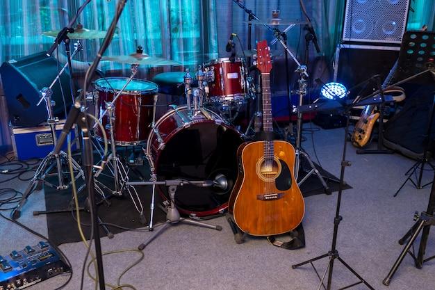 Batería y guitarra en el escenario.