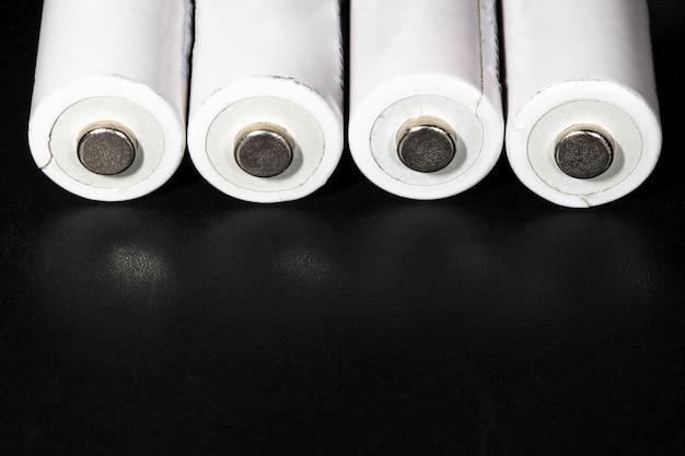 Baterías blancas sobre fondo negro