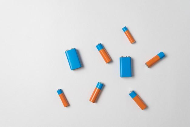 Baterías genéricas aa y pp3 sobre un fondo blanco. diferentes tipos de baterías. vista superior