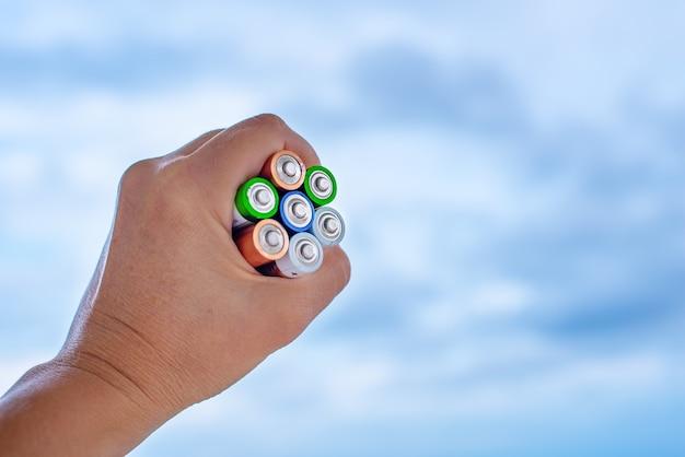 Baterías en primer plano de la mano. concepto de reciclaje de día.