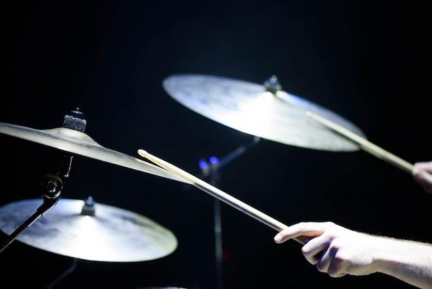 El baterista en acción. un proceso de primer plano de la foto en un instrumento musical