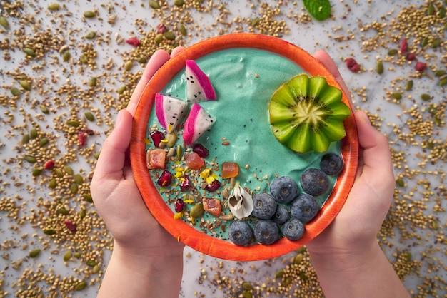 Batido acai bowl con semillas de arándano de kiwi