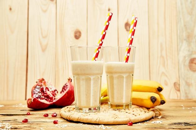 Batido de avena con plátano y granada. dieta