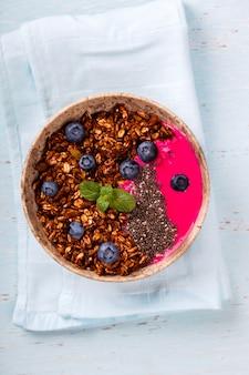 Batido de bayas avena y granola con yogurt