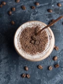 Batido de chocolate con café, cacao y leche espolvoreados con chispas de chocolate