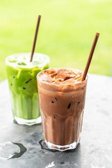 Batido de chocolate helado y té verde helado con leche