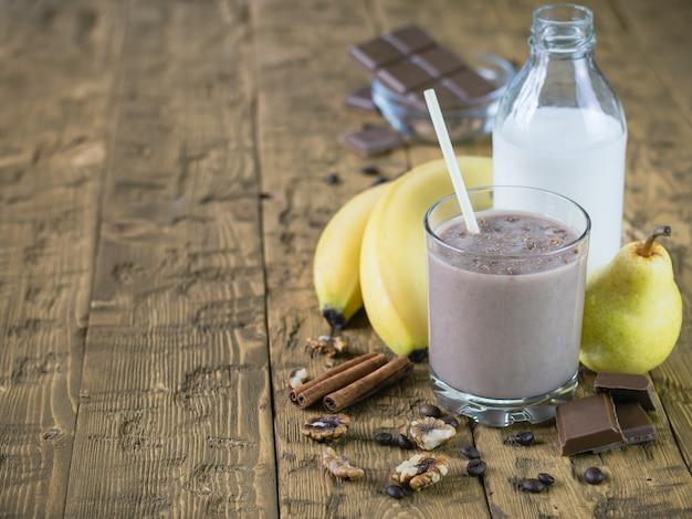 Batido de chocolate con leche, canela y plátano.