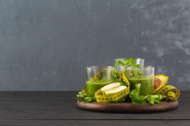 Batido de desintoxicación verde con cinta métrica concepto de dieta de desintoxicación