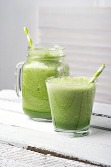 Batido de desintoxicación verde. recetas de batidos para bajar de peso rápidamente