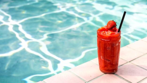 Batido de fresa junto a la piscina.
