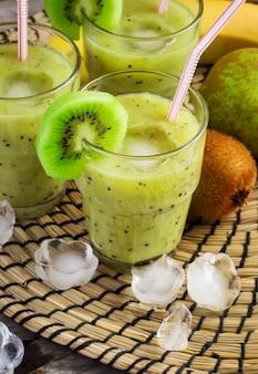 Batido de frutas con kiwi, plátano y pera.