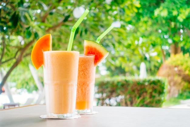 Batido de frutas de sandía y jugo de papaya en vaso