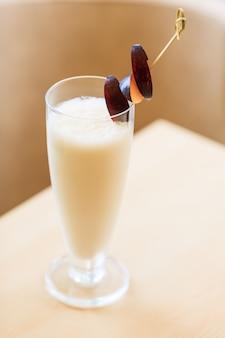Batido de leche con ciruelas frescas