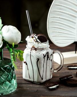 Batido de leche con jarabe de chocolate y galleta