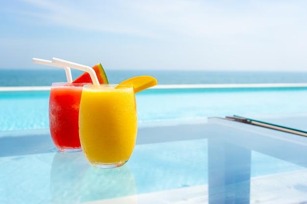 Batido de mango y batido de sandía con piscina y playa de mar