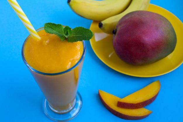 Batido de mango y mango en plato