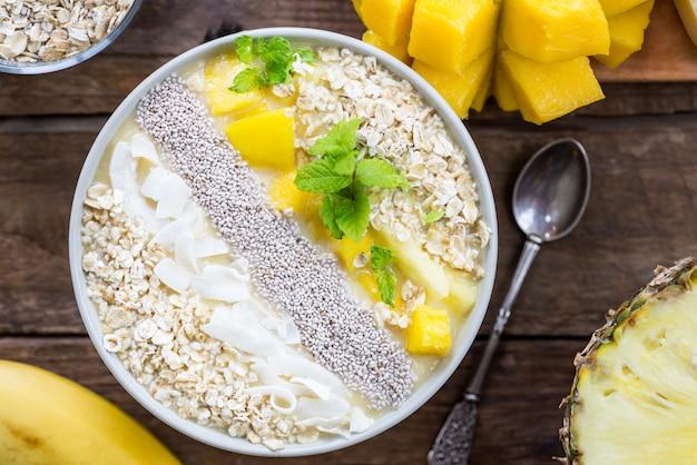 Batido de mango, plátano, piña y avena en el tazón