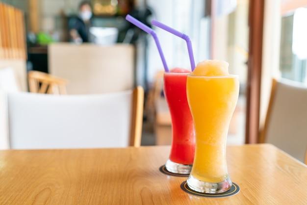 Batido de naranja y vaso de batido de sandía en café restaurante