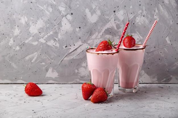 Batido saludable de bayas frescas como bebida refrescante de verano