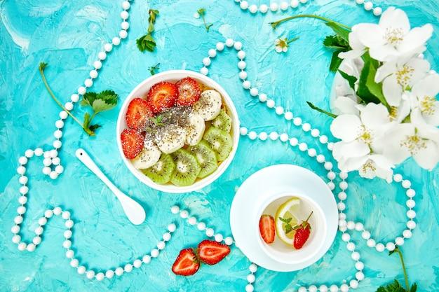 Batido de tazón de desayuno saludable con semillas de fresa, plátano, kiwi y chía.