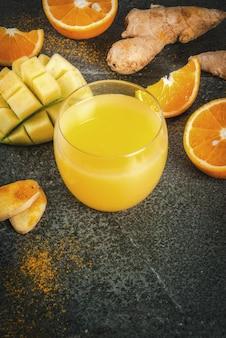 Batido tradicional de mango, naranja, cúrcuma y jengibre