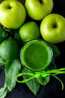 Batido verde cerca de ingredientes