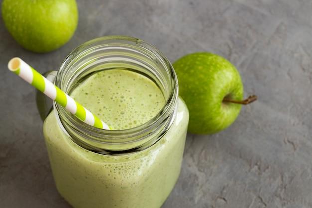 Batido verde de desintoxicación saludable en un tarro de albañil.