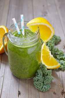 Batido verde fresco con col rizada y naranja